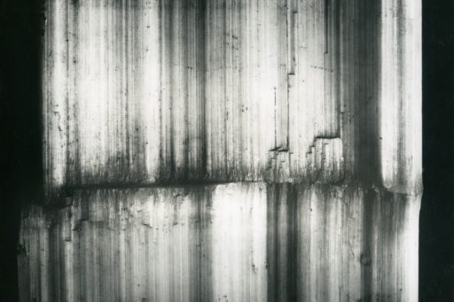 Cristal réel Alfred Ehrhardt, Wachstumskante am faserigen Gips, Bristol, England, 1938/39 © Alfred Ehrhardt Stiftung Perspektive
